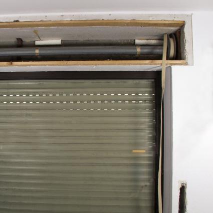 einbau rolladen einbau rollladenmotor rohrmotor von rolllra youtube einbau des rollotube i. Black Bedroom Furniture Sets. Home Design Ideas